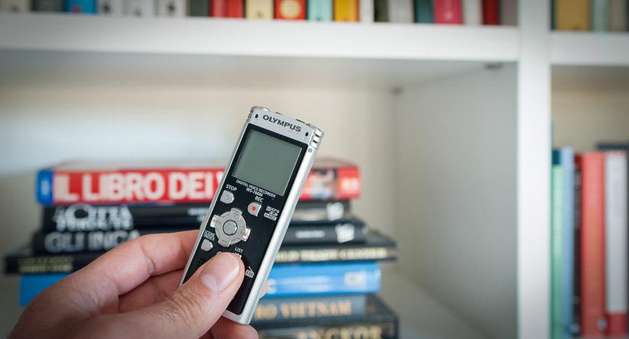 Micro registratore audio nascosto tra i libri
