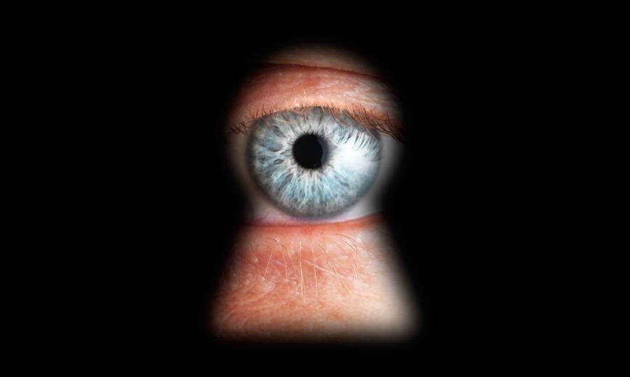 occhio nel buco della serratura