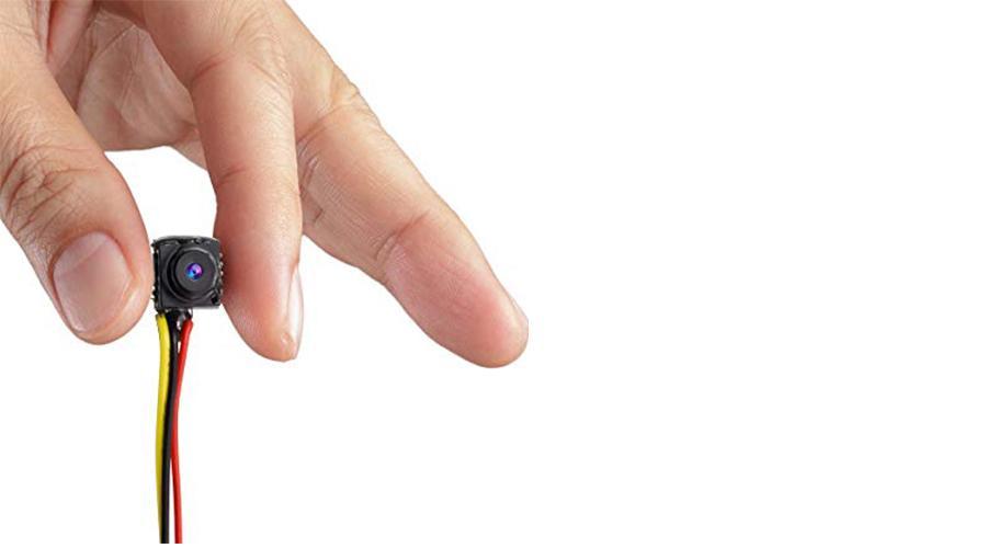 micro telecamera in mano