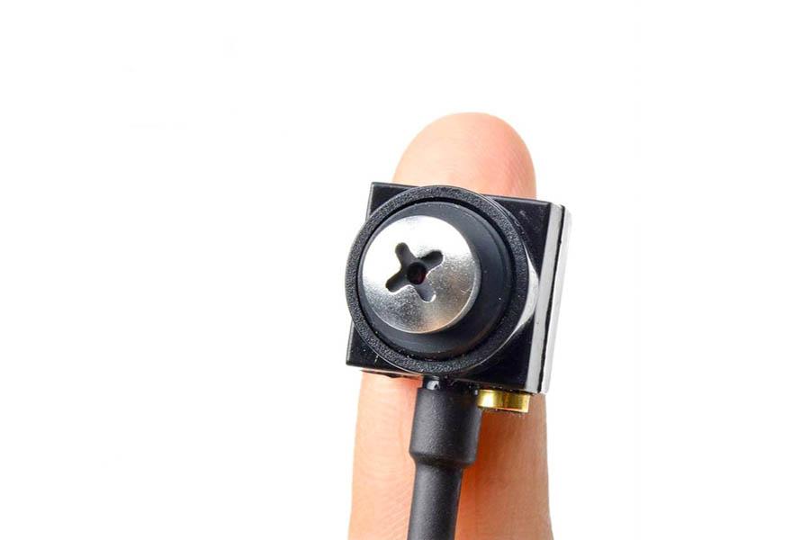 Micro camera inserita in una vite su un dito