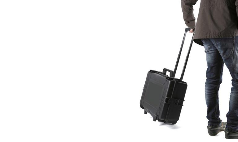 uomo con la valigia per la bonifica da microspie